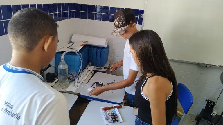 Currículo 04 - Com a colaboração de colegas, Francisco José desenvolveu óculos para deficientes visuais ( Divulgação _ SEECT Paraíba )